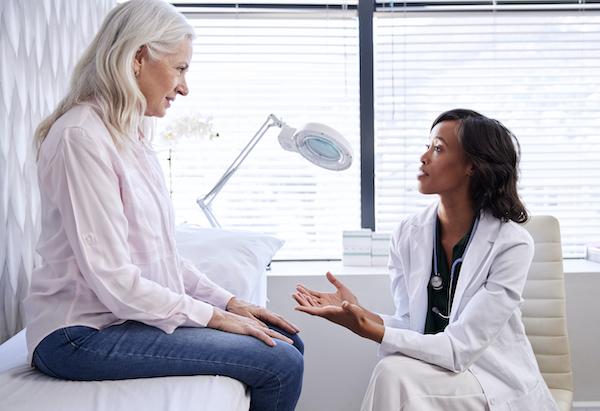 بیماری پارکینسونیسم - زنی که به پزشک مراجعه کرده است